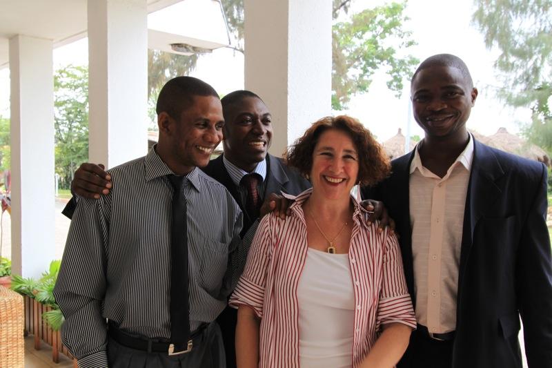 Martine Libertino avec trois de ses élèves : Cédric Nedge, Marcel Banza et Willy Masaka